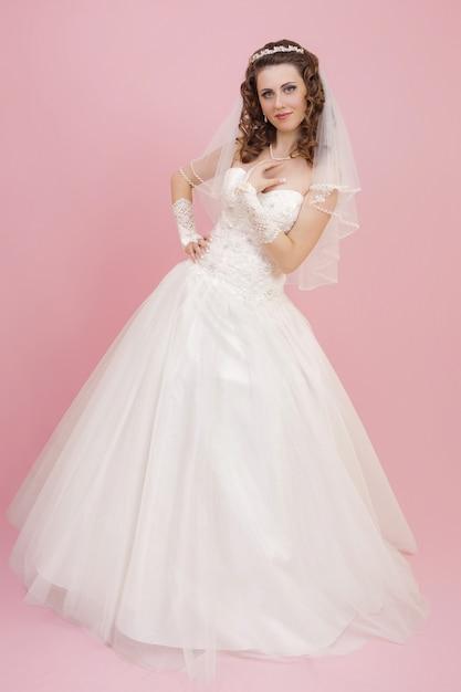 Bella sposa è in piedi in abito da sposa Foto Premium