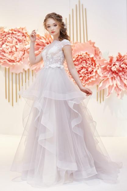Bella sposa in un costoso abito da sposa Foto Premium