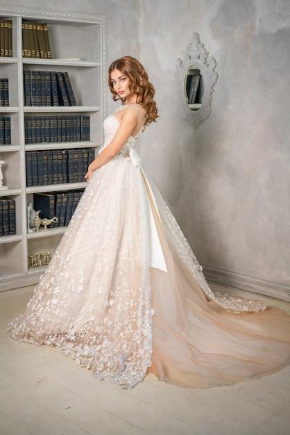 Bella sposa in un lungo abito da sposa Foto Premium