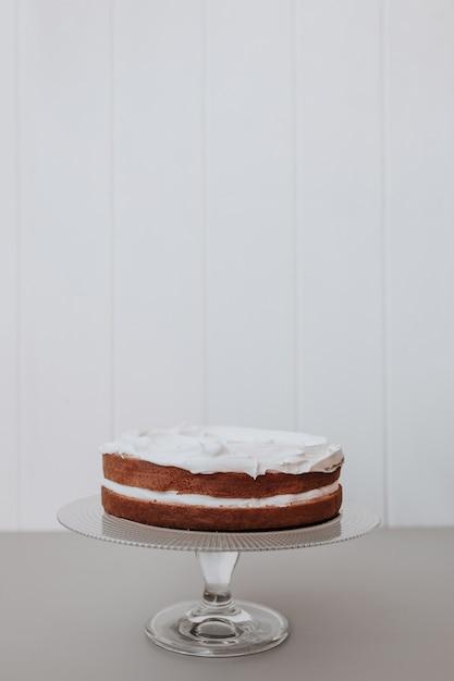 Bella torta nuziale con sfondo bianco Foto Gratuite