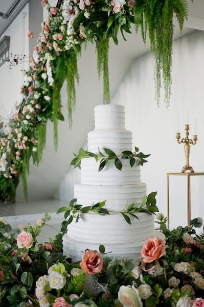 Bella torta nuziale, decorazione di nozze torta bianca Foto Premium