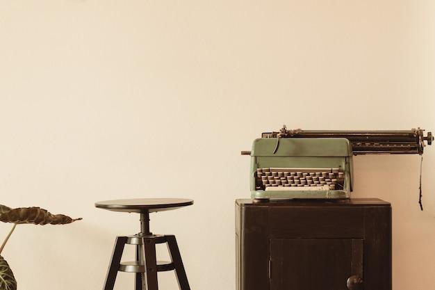 Bella vecchia macchina da scrivere sul mobile in legno Foto Premium