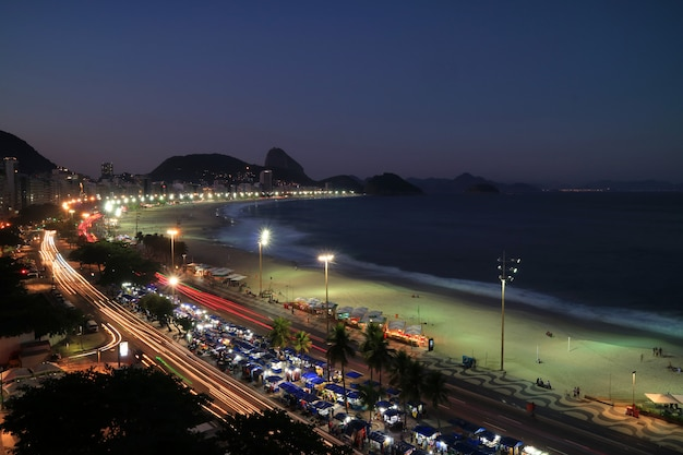 Bella vista aerea della spiaggia di copacabana e della montagna del pan di zucchero a distanza di notte, rio de janeiro, brasile Foto Premium