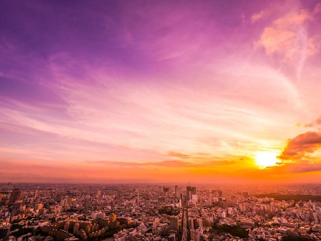 Bella vista aerea di architettura e costruzione intorno alla città di tokyo a tempo di tramonto Foto Gratuite