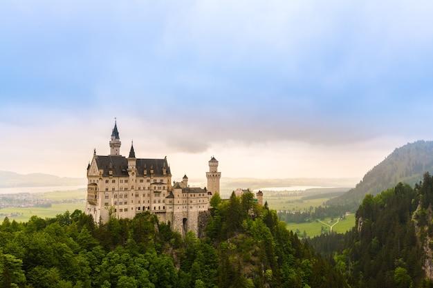 Bella vista del castello romantico di füssen, germania, luogo famoso del punto di riferimento della destinazione di neuschwanstein Foto Premium