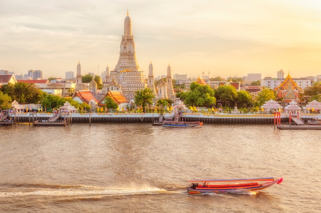 Bella vista del tempio di wat arun al tramonto a bangkok, tailandia Foto Premium