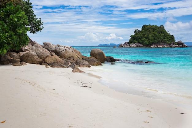 Bella vista dell'isola, spiaggia di alba, lipe, tailandia Foto Premium