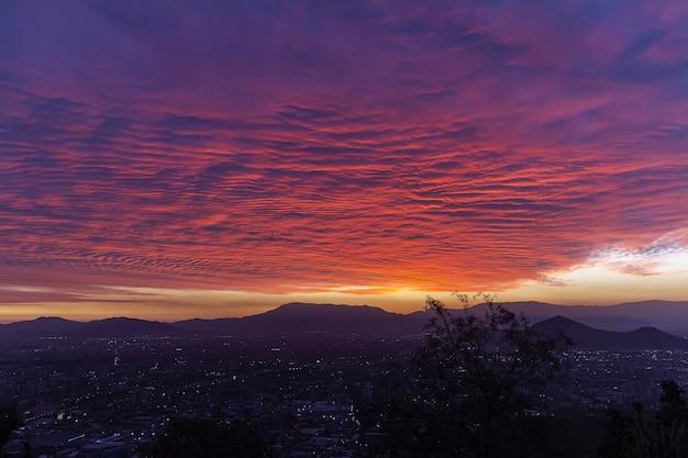 Bella vista di una città in una valle sotto il cielo colorato esotico Foto Gratuite