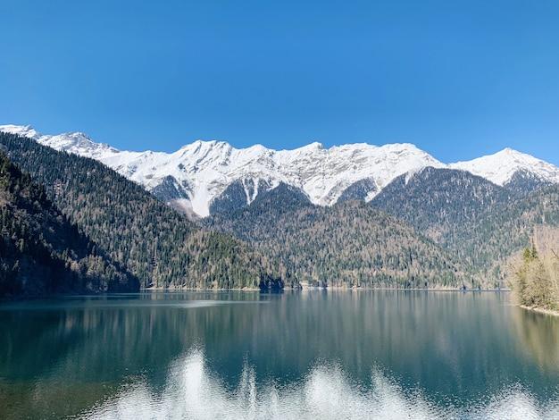 Bella vista sul bellissimo lago e sulle montagne Foto Premium