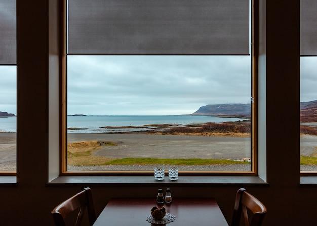 Bella vista sul mare da una finestra di una tavola calda Foto Gratuite