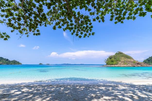 Bella vista sul mare dell'isola di koh chang di vista della spiaggia alla provincia di trad orientale della tailandia sul fondo del cielo blu Foto Gratuite