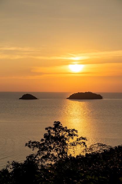 Bella vista sul mare dell'isola di vista del mare di tramonto alla provincia di trad orientale della tailandia Foto Gratuite