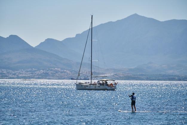 Bella vista sul mare e superficie della barca a vela Foto Premium