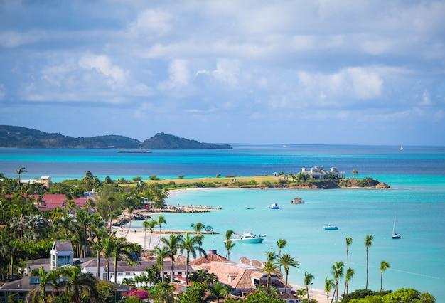 Bella vista sulla baia di isola tropicale nel mar dei caraibi Foto Premium