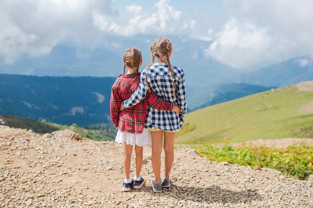 Belle bambine felici in montagna Foto Premium