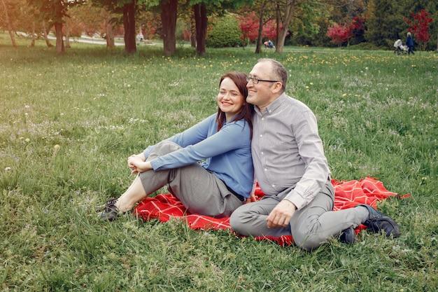 Belle coppie adulte in una foresta di estate Foto Gratuite