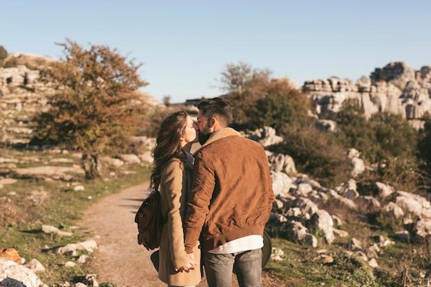 Belle coppie che baciano in natura Foto Gratuite