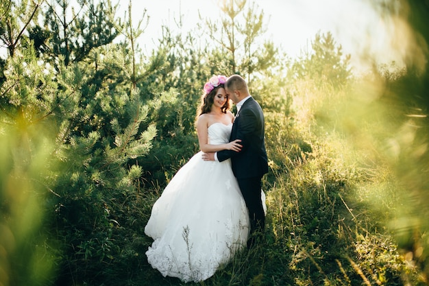 Belle coppie che posano sul loro giorno delle nozze Foto Gratuite