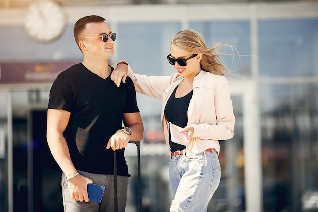Belle coppie che si levano in piedi nell'aeroporto Foto Gratuite
