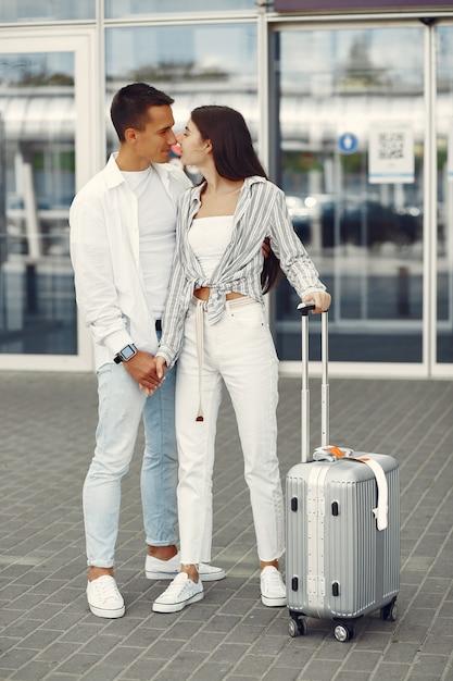 Belle coppie che stanno vicino all'aeroporto Foto Gratuite