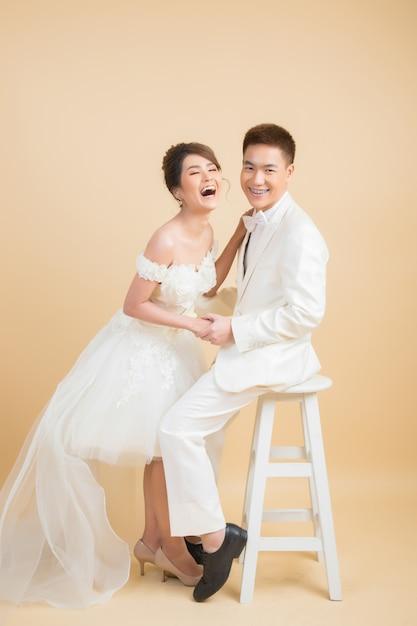 Belle coppie felici nelle nozze in studio Foto Gratuite