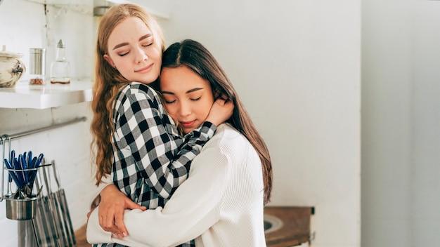 Belle coppie lesbiche che si abbracciano teneramente Foto Gratuite