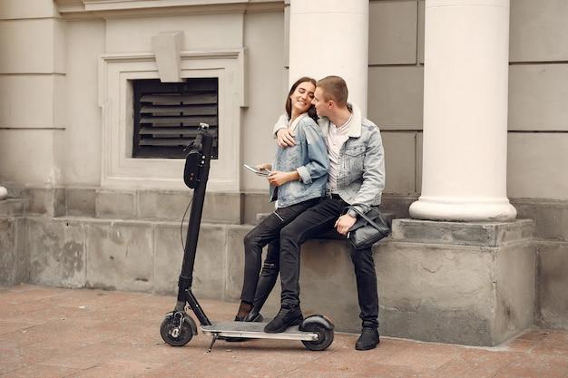 Belle coppie trascorrono del tempo in strada Foto Gratuite