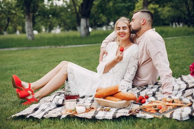 Belle coppie trascorrono del tempo in un giardino estivo Foto Gratuite