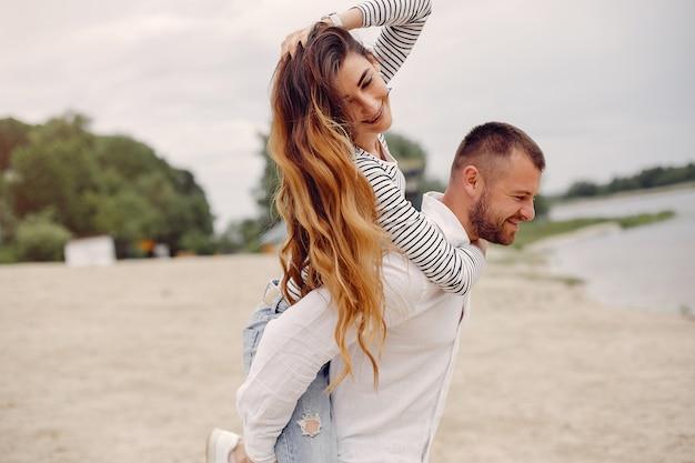 Belle coppie trascorrono del tempo in un parco estivo Foto Gratuite