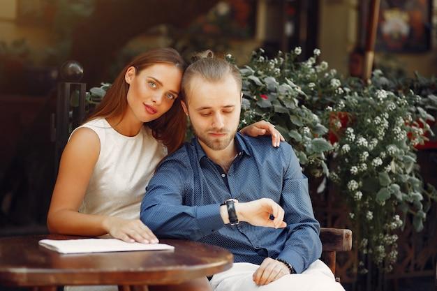 Belle coppie trascorrono del tempo in una città estiva Foto Gratuite