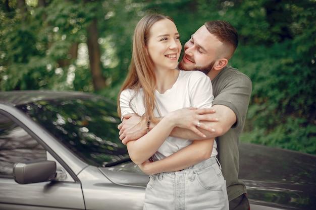 Belle coppie trascorrono del tempo in una foresta d'estate Foto Gratuite