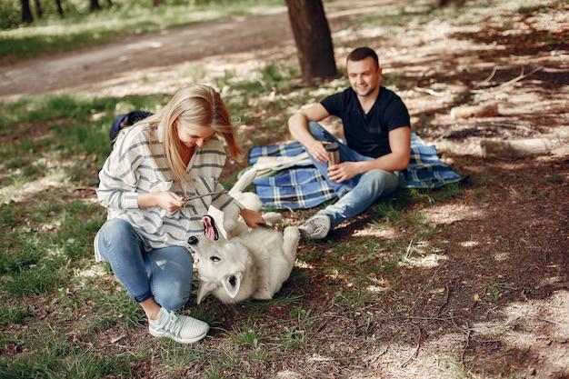 Belle coppie trascorrono del tempo in una foresta Foto Gratuite