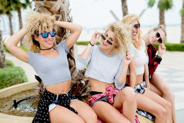 Belle donne in bikini e controllare camicie che camminano sulla spiaggia Foto Premium