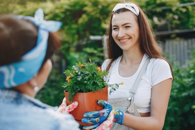 Belle donne lavora in un giardino Foto Gratuite