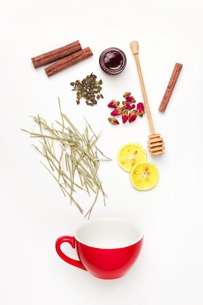 Belle e deliziose foglie di tè essiccate con erbe, fiori, bacche e frutti Foto Gratuite