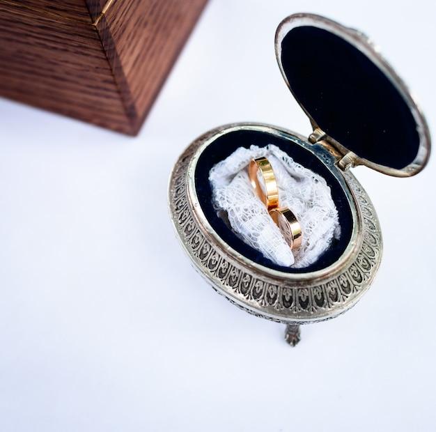 Belle fedi nuziali alla moda nella scatola vintage Foto Gratuite