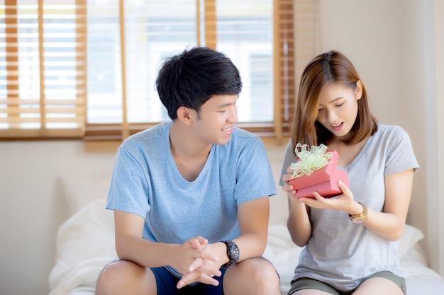 Belle giovani coppie asiatiche in contenitore di regalo di sorpresa di amore Foto Premium