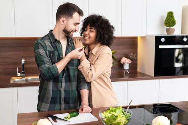 Belle giovani coppie che cucinano insieme Foto Gratuite