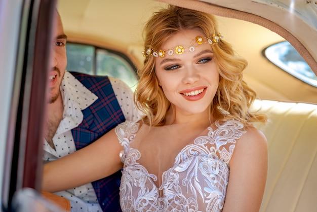 Belle giovani coppie che si siedono nella relazione romantica dell'automobile Foto Premium