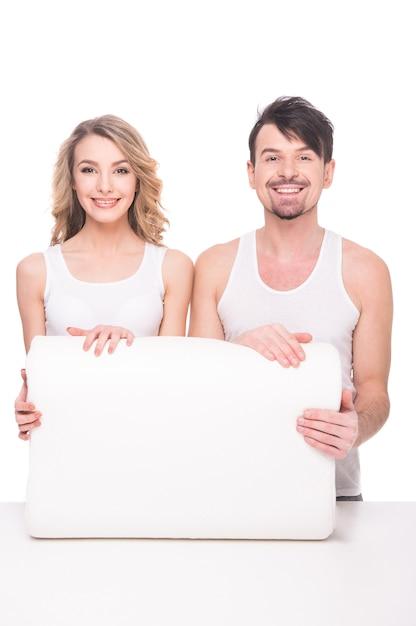 Belle giovani coppie con cuscino morbido di qualità. Foto Premium