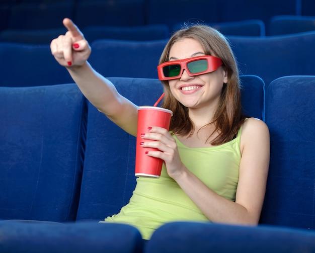 Belle giovani donne che bevono soda mentre guardando film Foto Premium