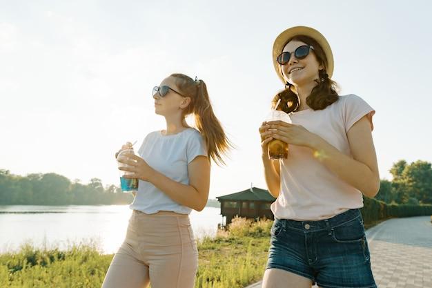 Belle giovani ragazze teenager sorridenti che camminano sulla natura Foto Premium