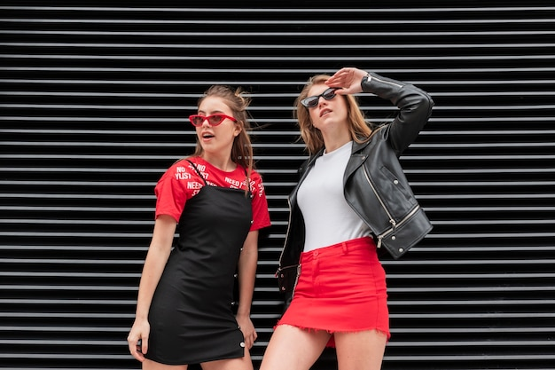 Belle modelle di angolo basso che posano insieme Foto Gratuite