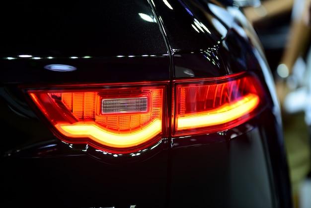 Belle parti della nuova macchina. fari dell'automobile, fari, luci del corpo Foto Premium