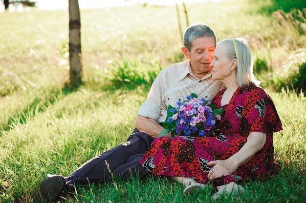 Belle persone anziane felici seduti nel parco. Foto Premium