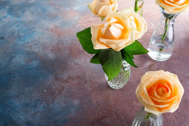 Belle rose beige del taglio fresco in vaso di vetro su fondo di pietra. Foto Premium