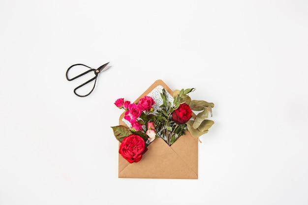 Belle rose rosse in busta Foto Gratuite