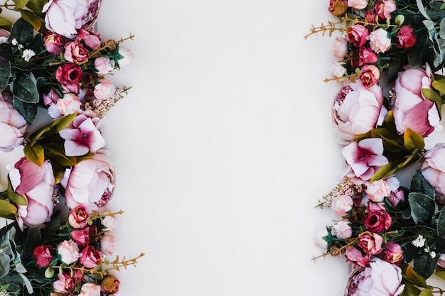 Belle rose su bianco sotterraneo con spazio al centro Foto Gratuite