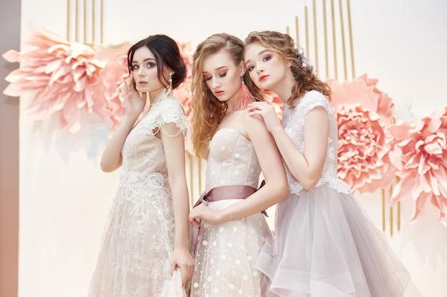 Belle spose trio in costoso abito da sposa Foto Premium