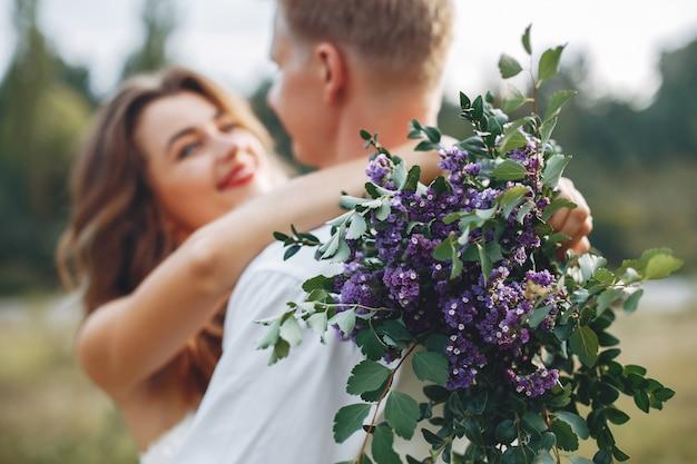 Belle sposi in un campo estivo Foto Gratuite